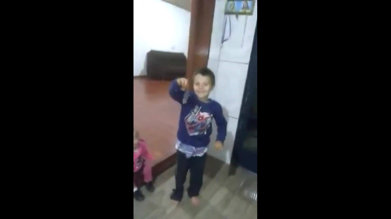 Menino pega rato na mão e mãe fica com medo dele soltar hahaha