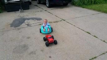 A Melhor Forma De Usar O Caminhão De Controle Remoto, Kkk! Gostei Da Ideia!
