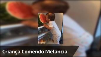 Bebê Abre Geladeira Para Comer Melancia, Olha Só Que Fofura!