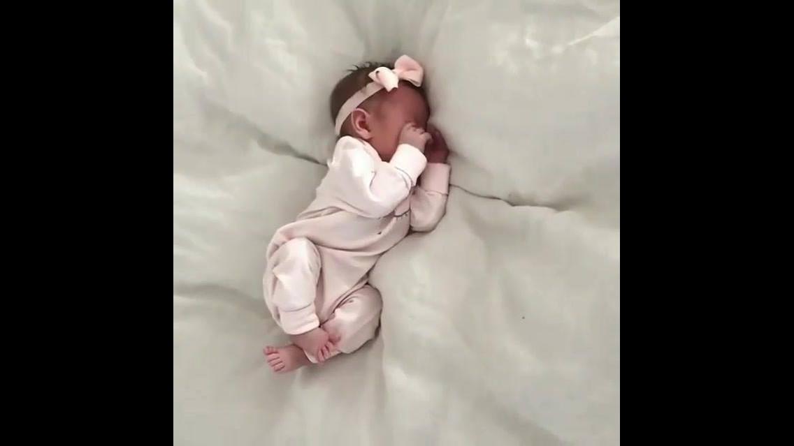 Bebê acordando, que coisa mais fofa