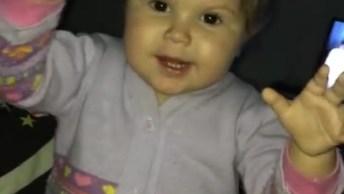 Bebê Aprendendo A Falar O Que Comprou Na Feira, O Pêssego É O Melhor!