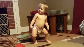Bebê Arrasando Na Dança - Veja Que Divertido E Alegre De Se Ver!
