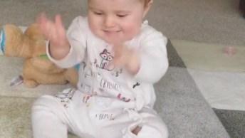 Bebê Batendo Palminhas, Quanta Fofura Para Alegrar A Sua Tarde!