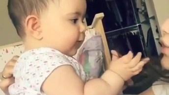 Bebê Brincando Com A Mãe, Essa Amizade É A Única Que É Para Vida Toda!