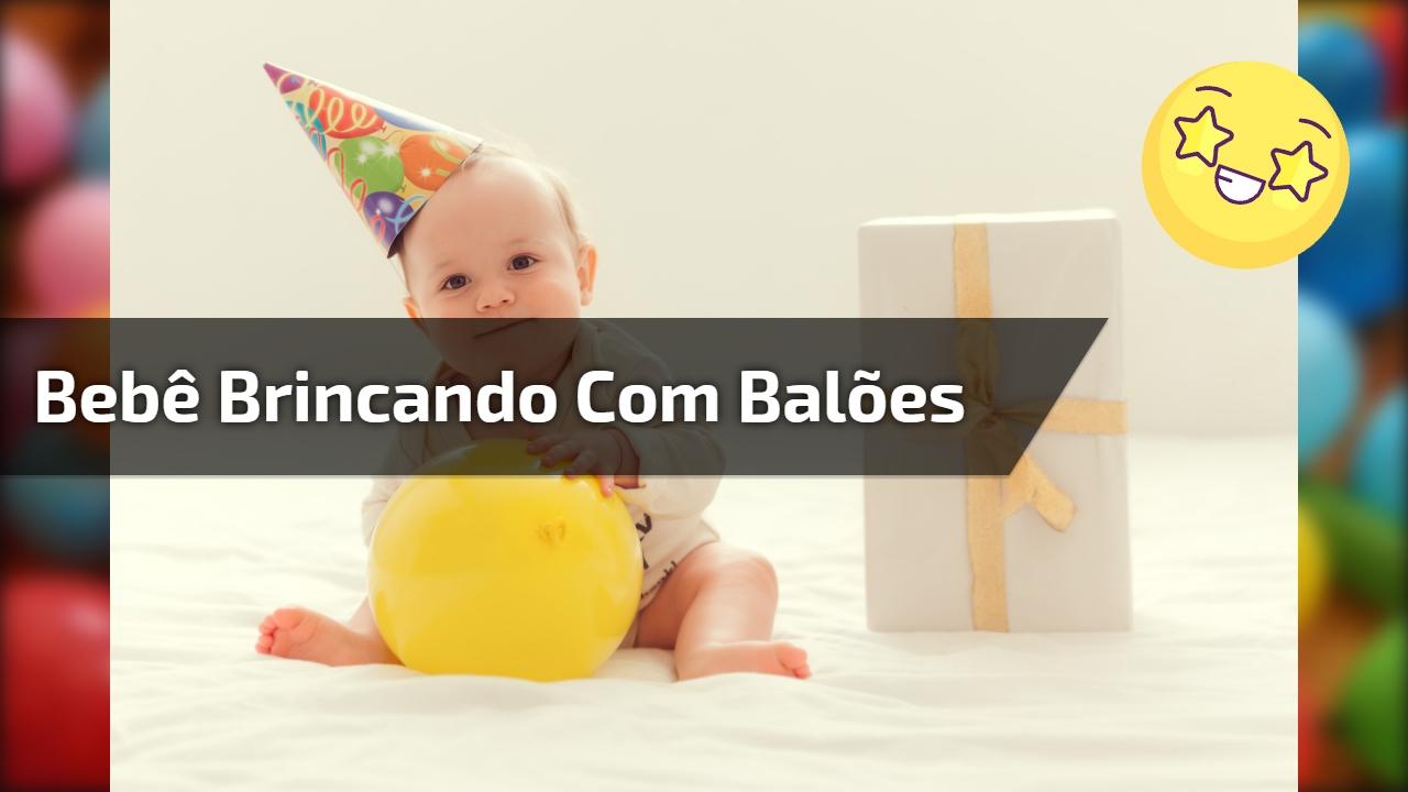 Bebê brincando com balões