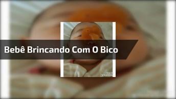 Bebê Brincando Com O Bico, É Muita Fofura Para Um Vídeo Só!