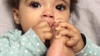 Bebê Brincando Com O Próprio Pé, Que Ser Mais Lindo E Fofo, Parece Um Anjo!