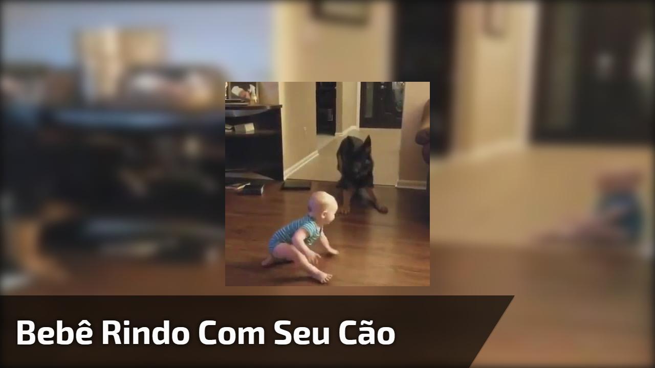 Bebê rindo com seu cão