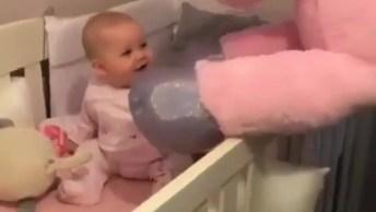 Bebê Brincando Com Seu Unicórnio Gigante De Pelúcia, Olha Só Que Fofa!