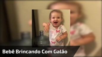 Bebê Brincando De Colocar O Braço Dentro De Galão, Olha O Drama!