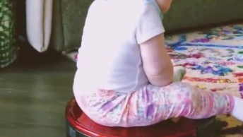 Bebê Brincando De Deslizar Na Enceradeira, Que Fofura Linda!