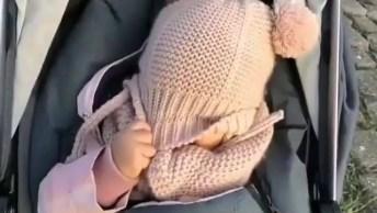 Bebê Brincando De Esconde Esconde Com A Mamãe, Que Lindinha!
