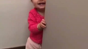 Bebê Brincando De Esconder Da Mamãe, Que Imagem Mais Fofa!