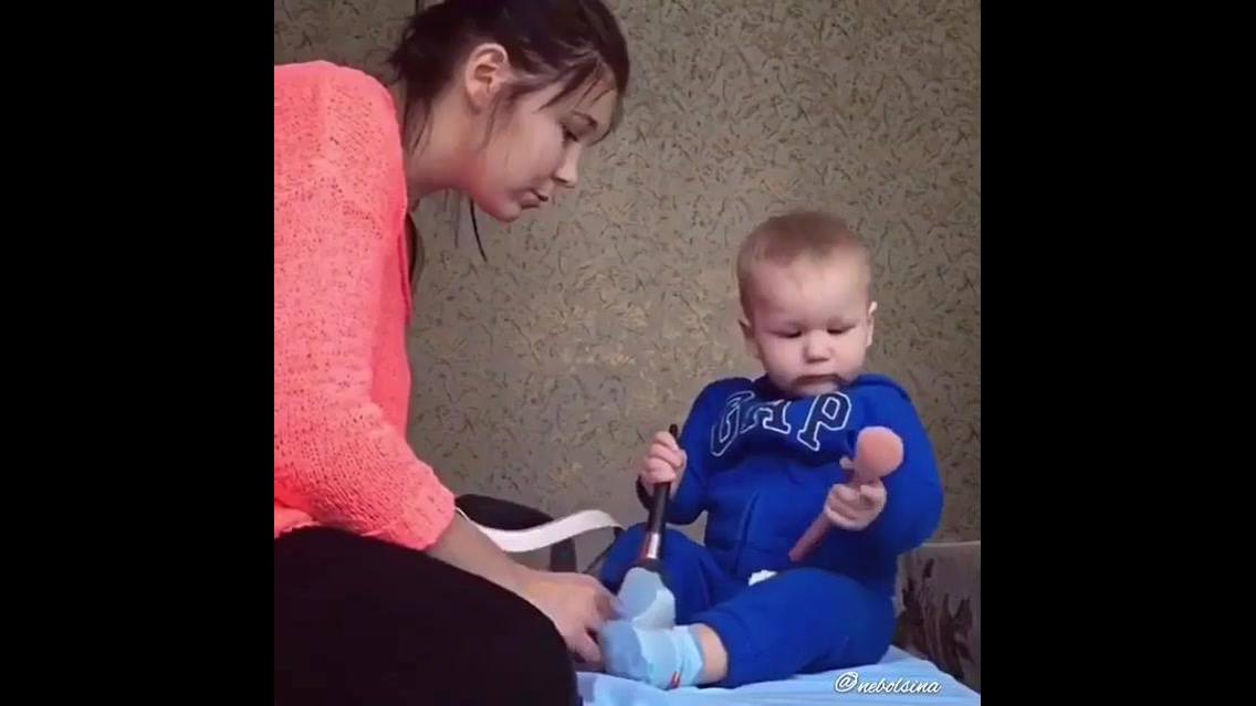 Bebê brincando de maquiar a mamãe, que coisa mais gostosa!!!
