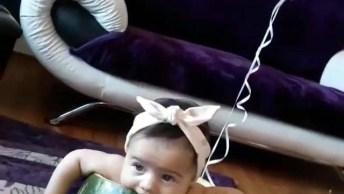 Bebê Brincando Dentro De Casca De Melancia, Que Fofura Que Ela É!