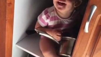 Bebê Brincando Dentro Do Armário, Olha Só A Carinha De Arteira!