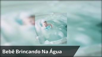 Bebê Brincando Na Água Com Boia E Espumas, Uma Cena Fofa!