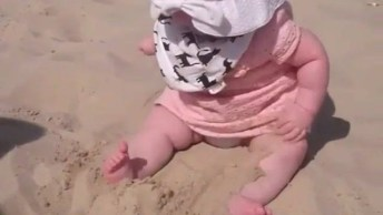 Bebê Brincando Na Areia Pela Primeira Vez, Olha Só Que Fofura!