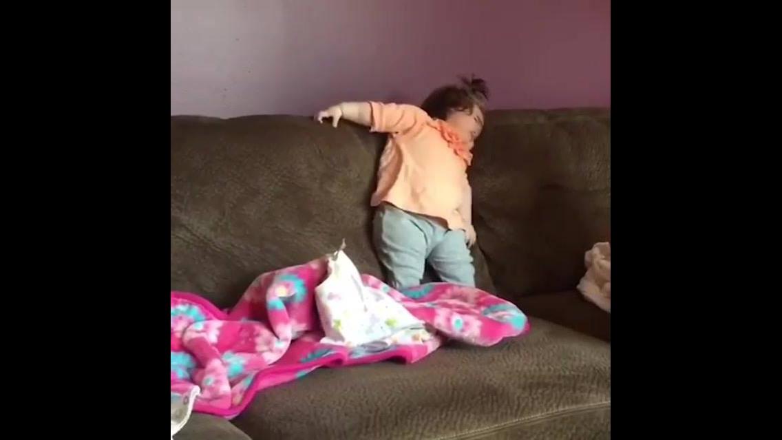 Bebê cai com rosto no sofá