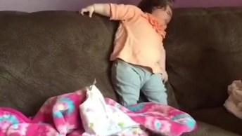 Bebê Cai Com Rosto No Sofá, Que Coisa Mais Linda De Neném!