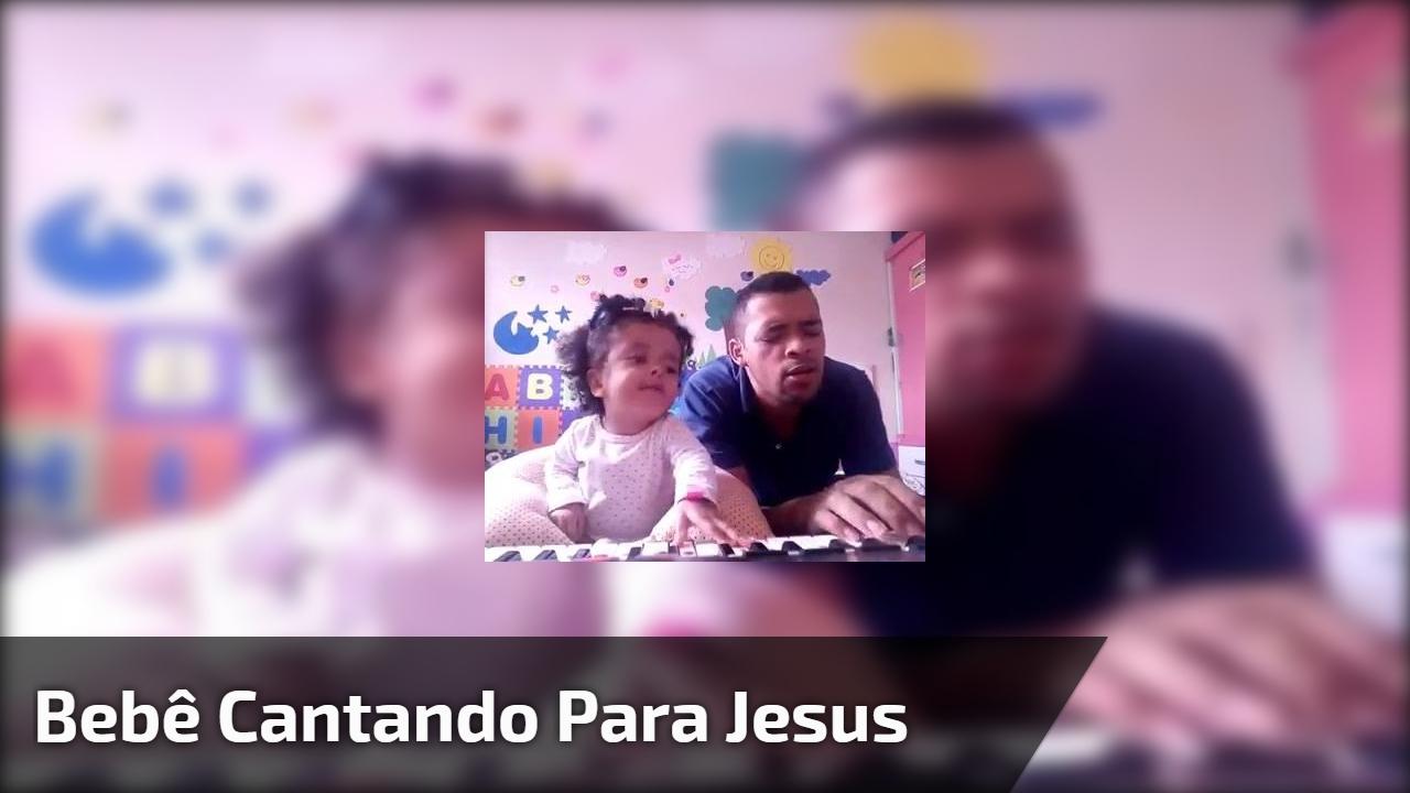 Bebê cantando para Jesus