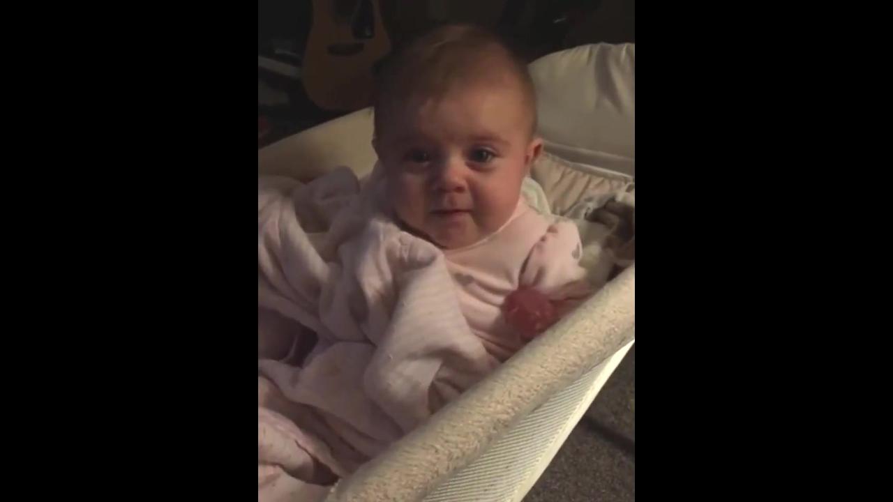 Bebê chorando percebe a câmera e para na hora de chorar
