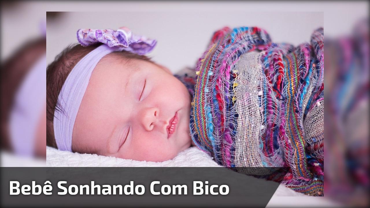 Bebê sonhando com bico