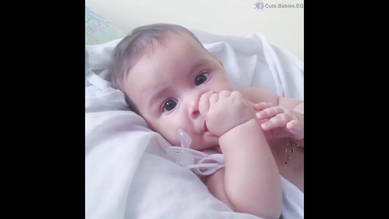 Bebê chupando dedinho