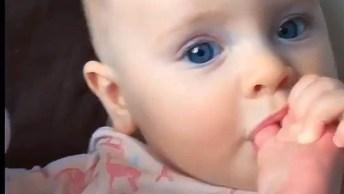 Bebê Chupando Dedinho Dos Pés, Olha Só O Barulhinho Gente!