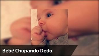 Bebê Chupando Dedo Da Mão, Que Delicia Que Esta Esse Dedinho Hein!