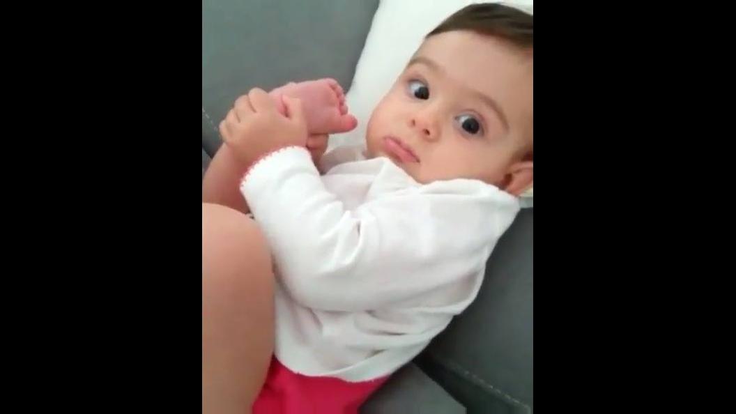 Bebê chupando o dedo do pé