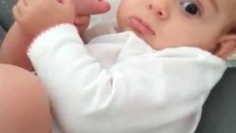 Bebê Chupando O Dedo Do Pé, Tem Coisa Mais Fofinha? Confira!