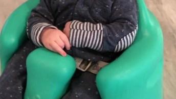 Bebê Cochilando Na Cadeirinha, Olha Só O Rostinho Dele Que Fofura!