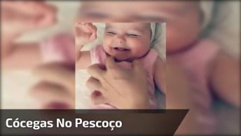 Bebê Com Cócegas No Pescoço, Que Coisa Mais Fofa, Veja E Compartilhe!