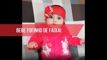 Bebê Com Faixa Vermelha Linda No Cabelo, Olha Só Que Fofa!