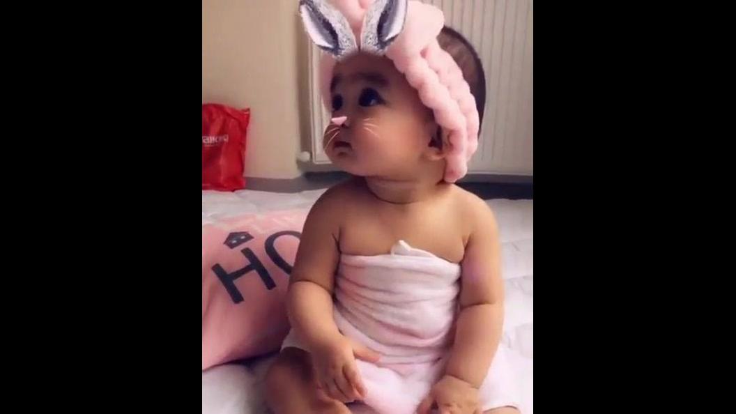 Bebê com filtro que deixa com orelhinhas e carinha linda