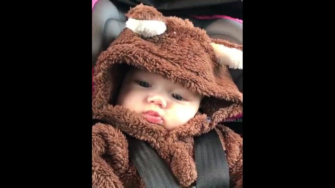 Bebê com macacão de ursinho