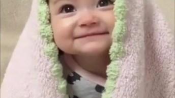 Bebê Com Manta Na Cabeça, Parece Um Anjinho, Confira E Compartilhe!
