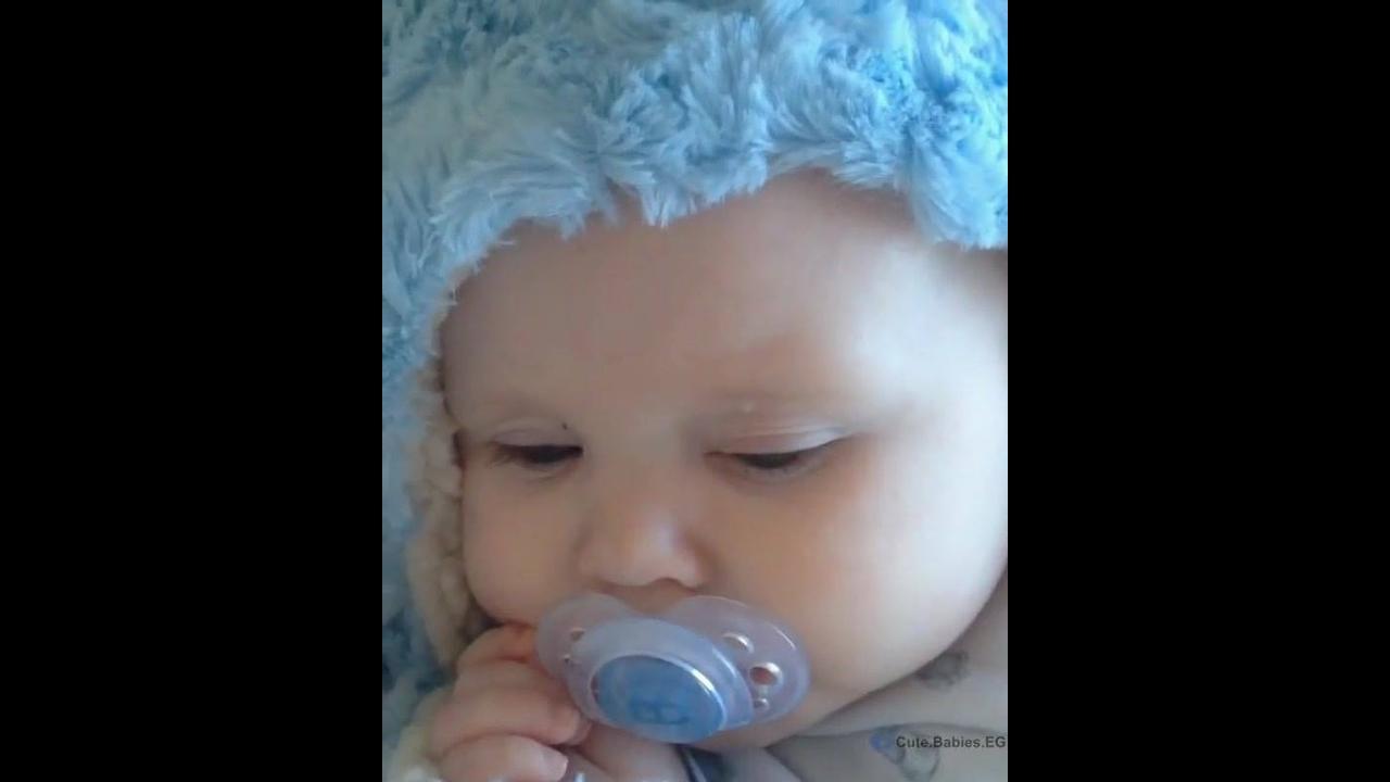 Bebê com mantinha azul super fofo