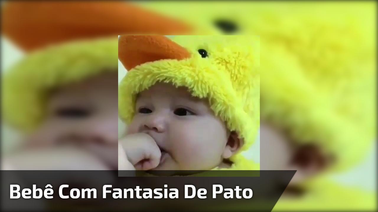 Bebê com fantasia de pato