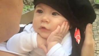 Bebê Com Mão No Rosto Ouvindo A Mamãe Cantar, Que Fofura!