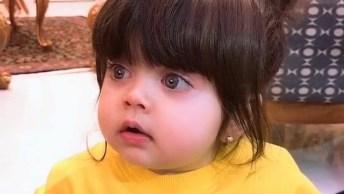 Bebê Com Olhos Grande, Redondos E Claros, E Bastante Cabelo, Que Linda!