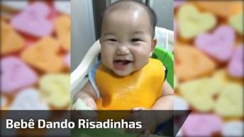 Bebê Com Os Olhinhos Puxados Dando Risadas, Que Lindo!