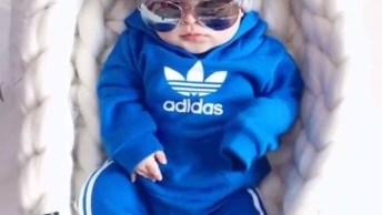 Bebê Com Roupa Toda Estilosa E De Óculos Escuro, Que Moderno!