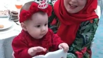Bebê Com Roupa Vermelha E Coroa, Que Coisa Mais Linda De Criança!