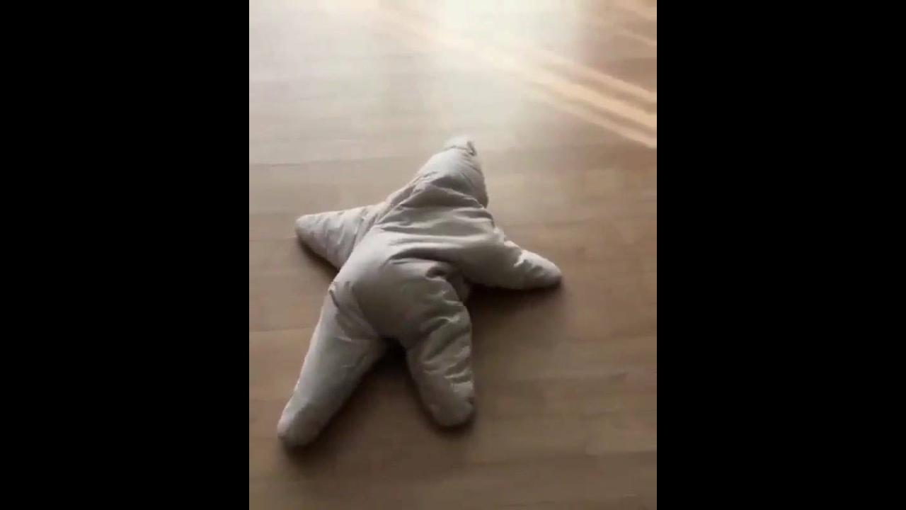 Bebê com roupinha em formato de estrela, que coisa mais fofa!