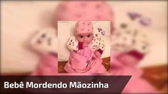 Bebê Com Roupinha Rosa E Mordendo A Mãozinha, Ela É Muito Fofa!
