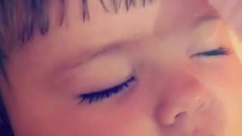 Bebê Com Soninho Enquanto Sua Mamãe Penteia Sua Franjinha!