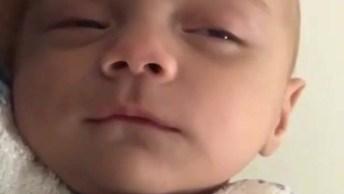 Bebê Com Soninho, Olha Só As Caretas Que Ele Faz, É Muito Lindinho!