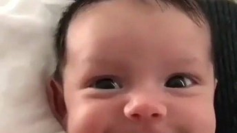 Bebê Com Sorrisinho Mais Lindo Que Você Vai Ver Hoje, Olha Só Este Cabelinho!